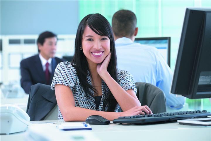 asian woman desk 7471 บทความเรื่อง : สิ่งควรรู้ในการเลือกซื้อคอมพิวเตอร์ (เลือกคอมพิวเตอร์อย่างไรให้ตรงกับการใช้งานมากที่สุด)