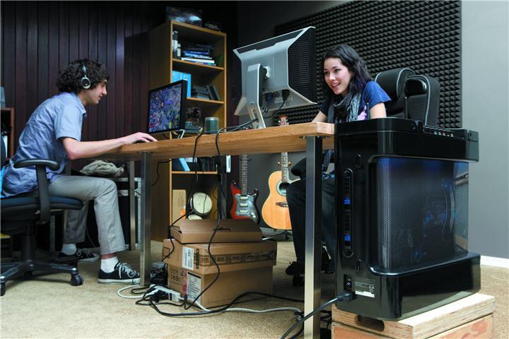 gamer girl blur guy 8450 บทความเรื่อง : สิ่งควรรู้ในการเลือกซื้อคอมพิวเตอร์ (เลือกคอมพิวเตอร์อย่างไรให้ตรงกับการใช้งานมากที่สุด)