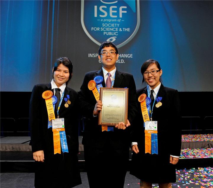 intel isef thai team with award suratthani team นักวิทยาศาสตร์ไทยรุ่นเยาว์คว้ารางวัลใหญ่ระดับโลกจากการประกวดอินเทล ไอเซฟ 2011