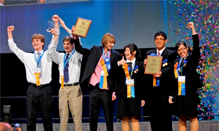 top 3 winners intel isef 2011 with thai team on right 1 นักวิทยาศาสตร์ไทยรุ่นเยาว์คว้ารางวัลใหญ่ระดับโลกจากการประกวดอินเทล ไอเซฟ 2011