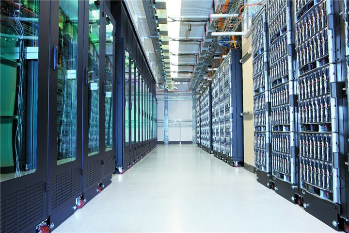 33042 rack server aisle ผลวิจัยชี้ระบบประมวลผลในระดับ Mission Critical ขยายตัวในเอเชียแปซิฟิก