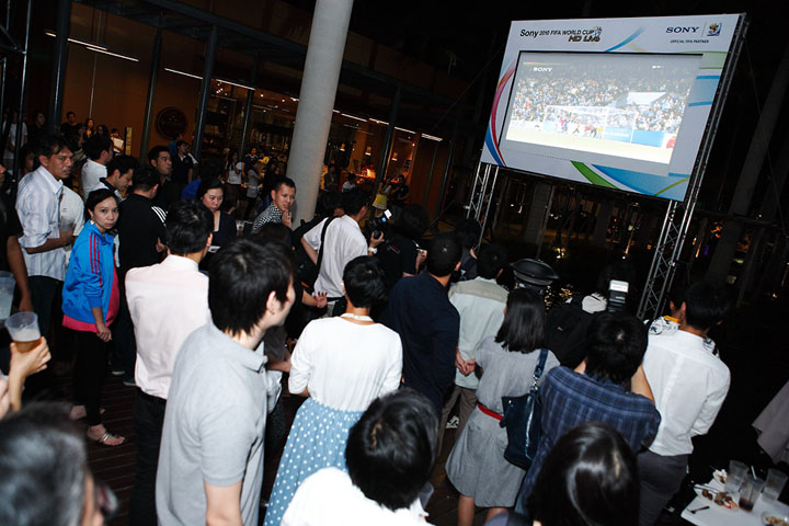 guests enjoy watching live football match from sonys full hd projector screen โซนี่จัดกิจกรรม Sony 2010 FIFA World Cup HD Live