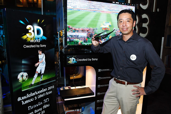 mr yoji higashida senior director consumer marketing div at 3d tv booth โซนี่จัด Sony 2010 FIFA World Cup HD Live Party ขอบคุณลูกค้า และสื่อมวลชน